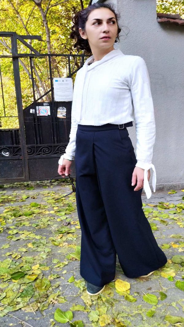 Wool pants with a high waist in dark blue color.